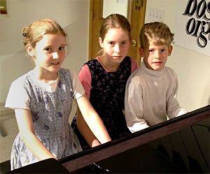 kids taking piano classes
