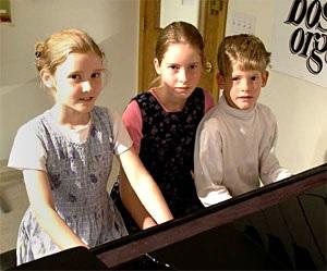 kids taking piano classes
